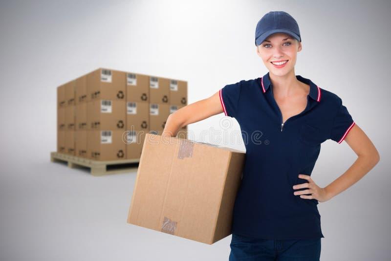 Sammansatt bild av den hållande kartongen för lycklig leveranskvinna royaltyfri fotografi