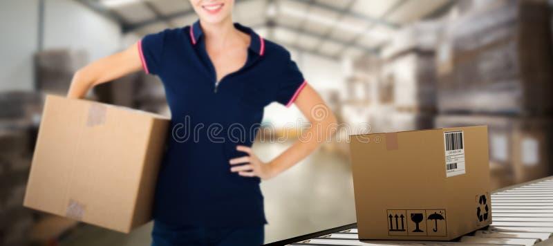 Sammansatt bild av den hållande kartongen för lycklig leveranskvinna royaltyfri bild