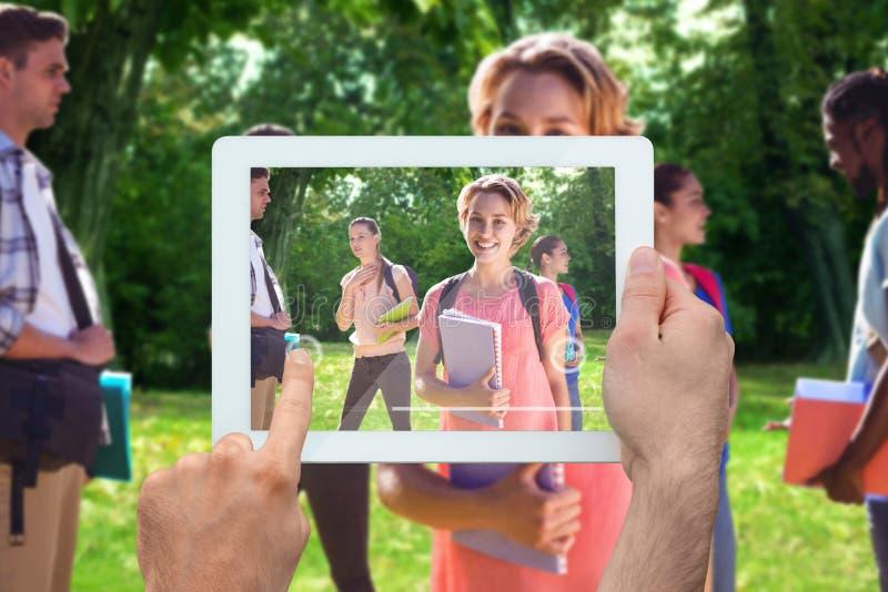 Sammansatt bild av den hållande minnestavlaPC:n för hand arkivfoton