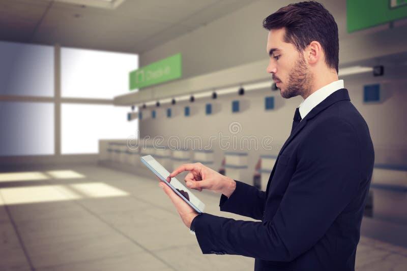 Sammansatt bild av den koncentrerade affärsmannen som trycker på hans minnestavla royaltyfria foton