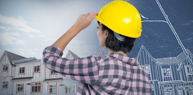 Sammansatt bild av den kvinnliga arkitekten som bär den hårda hatten mot vit bakgrund royaltyfri foto