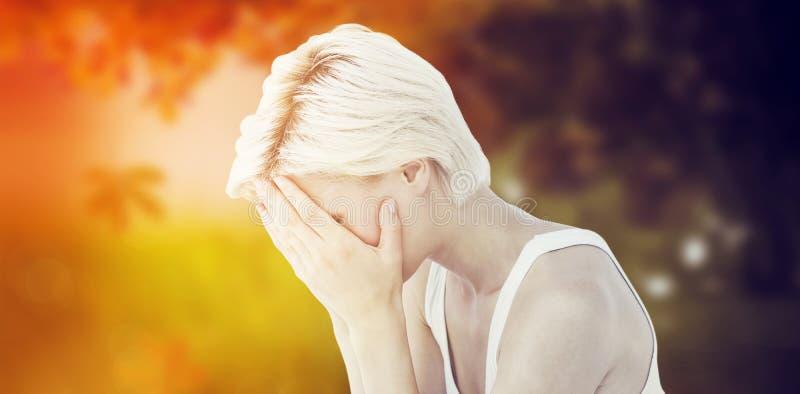Sammansatt bild av den ledsna blonda kvinnagråt med huvudet på händer arkivbild