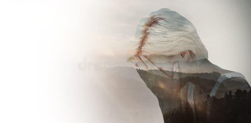 Sammansatt bild av den ledsna blonda kvinnagråt med huvudet på händer arkivfoton