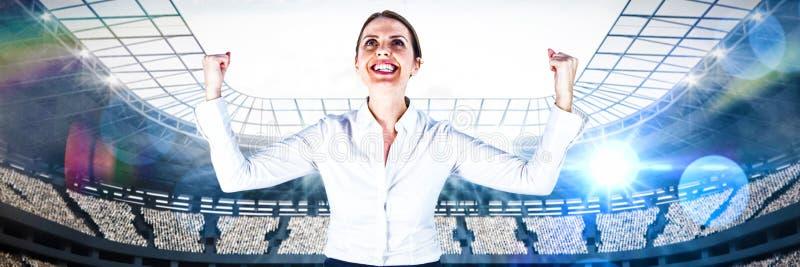 Sammansatt bild av den lyckade affärskvinnan med grep hårt om nävar som ser upp arkivbild