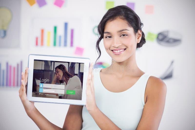 Sammansatt bild av den lyckliga affärskvinnan som visar den digitala minnestavlan i idérikt kontor royaltyfria bilder