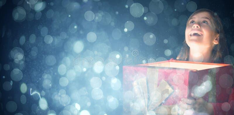 Sammansatt bild av den lyckliga asken för flickaöppningsgåva arkivbilder
