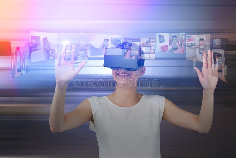 Sammansatt bild av den lyckliga kvinnan som gör en gest, medan genom att använda virtuell verklighethörlurar med mikrofon arkivbilder