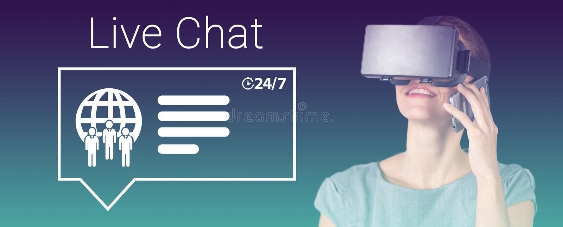 Sammansatt bild av den lyckliga kvinnan som talar på mobiltelefonen, medan genom att använda virtuell verklighethörlurar med mikr royaltyfria foton