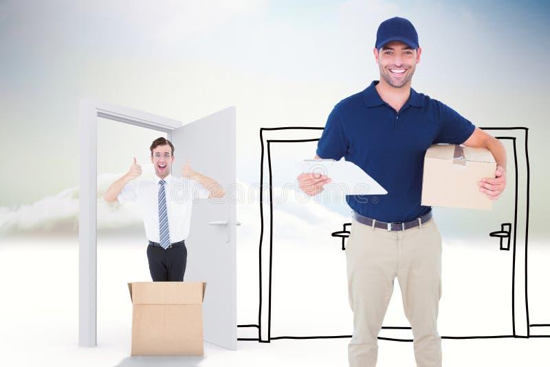 Sammansatt bild av den lyckliga leveransmannen med kartongen och skrivplattan royaltyfri foto
