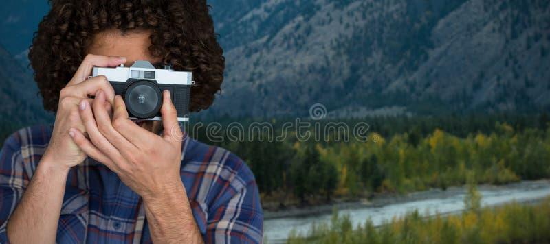 Sammansatt bild av den manliga fotografen som tar bilden med kameran arkivbild