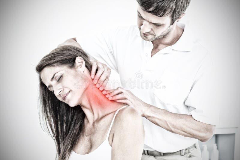 Sammansatt bild av den manliga kiropraktorn som masserar ung kvinnas hals fotografering för bildbyråer