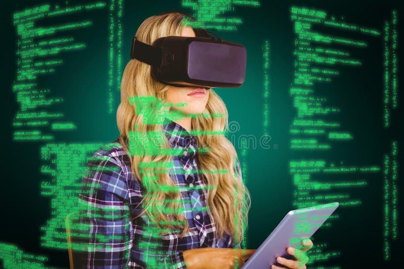 Sammansatt bild av den nätta tillfälliga arbetaren som använder oculusklyftan arkivfoton