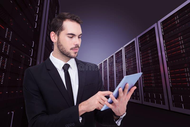 Sammansatt bild av den rörande digitala minnestavlan för gladlynt affärsman royaltyfri bild