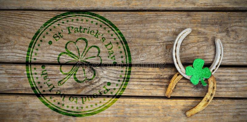 Sammansatt bild av den sammansatta bilden av den St Patrick dagen med blommasymbol arkivfoton