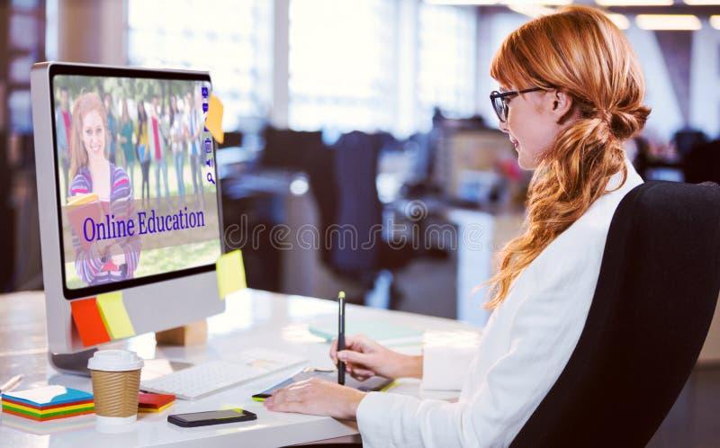 Sammansatt bild av den sammansatta bilden av studenter för online-kurser royaltyfria foton
