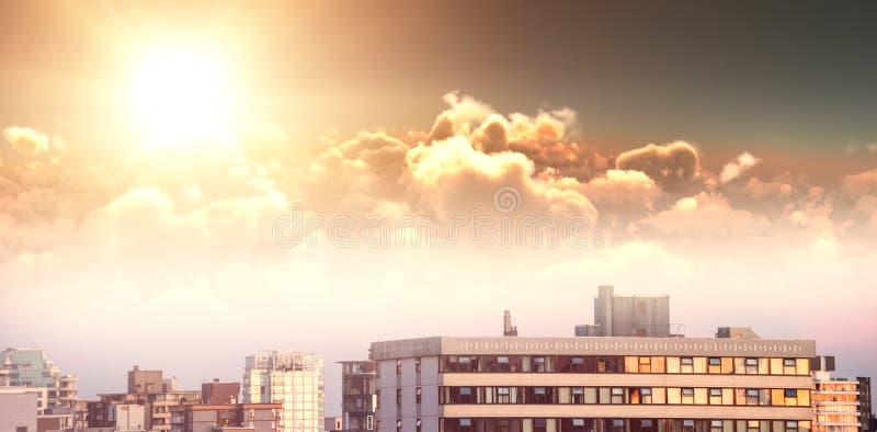 Sammansatt bild av den sceniska sikten av den ljusa orange solen över moln under solnedgång stock illustrationer