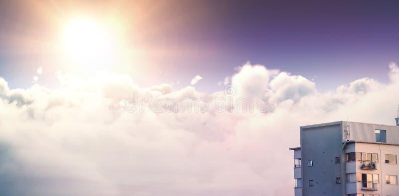 Sammansatt bild av den stillsamma platsen av den ljusa solen över cloudscape arkivbilder