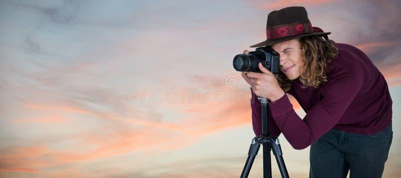 Sammansatt bild av den unga fotografen som fotograferar till och med digital kamera royaltyfri fotografi