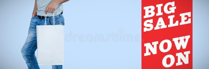 Sammansatt bild av det låga avsnittet av den hållande shoppingpåsen för man mot vit bakgrund royaltyfri fotografi