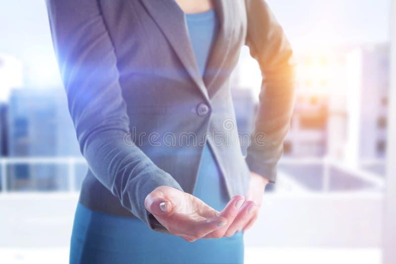 Sammansatt bild av det mitt- avsnittet av affärskvinnan med handen på höft som gör en gest mot vit bakgrund royaltyfria foton