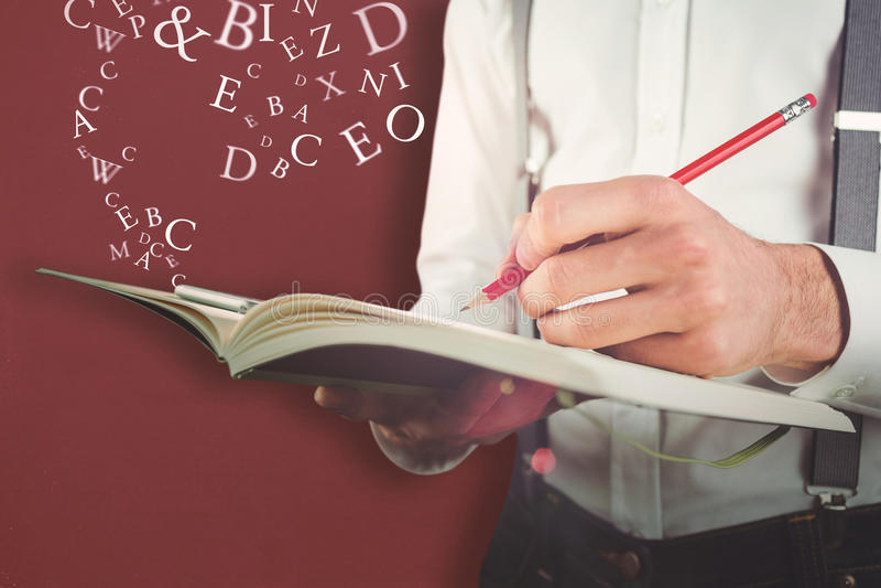 Sammansatt bild av det mitt- avsnittet av manhandstil på dagboken fotografering för bildbyråer
