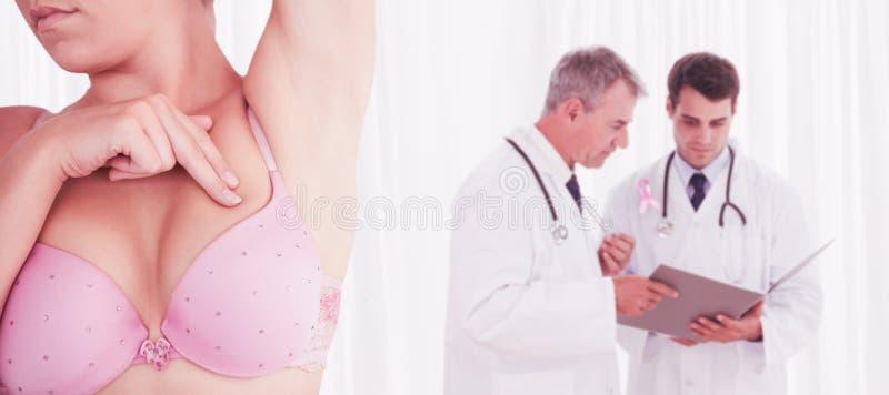 Sammansatt bild av det mitt- avsnittet av kvinnan i rörande bröst för behå arkivfoton