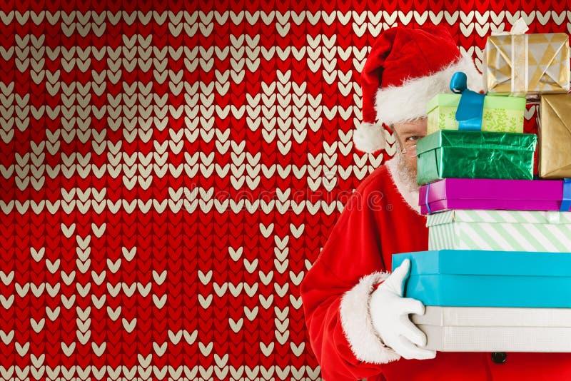 Sammansatt bild av det Santa Claus nederlaget bak buntjulgåvor arkivbilder