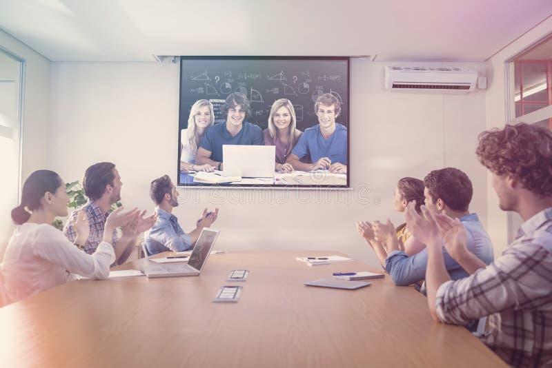 Sammansatt bild av en grupp av studenter med en bärbar datorblick in i kameran arkivbilder