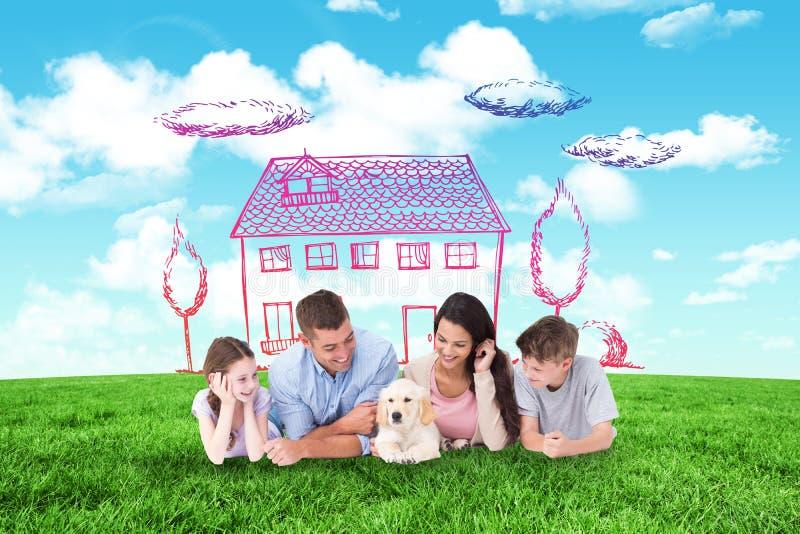 Sammansatt bild av familjen som ser valpen, medan ligga fotografering för bildbyråer