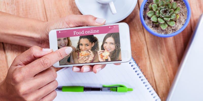 Sammansatt bild av fast utgift av kvinnliga händer genom att använda smartphonen royaltyfria bilder