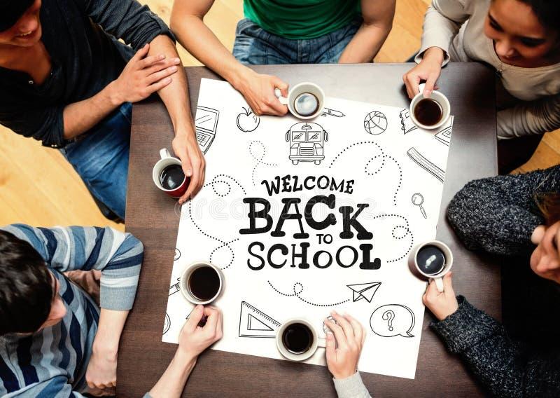 Sammansatt bild av folk som sitter runt om tabellen som dricker kaffe arkivfoto