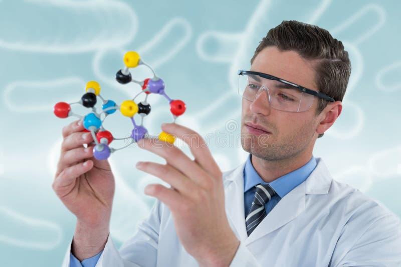 Sammansatt bild av forskaren som experimenterar molekylstrukturen 3D arkivfoton