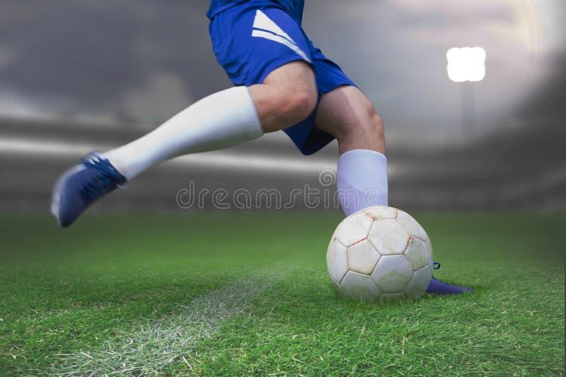 Sammansatt bild av fotbollsspelaren som sparkar bollen royaltyfri foto