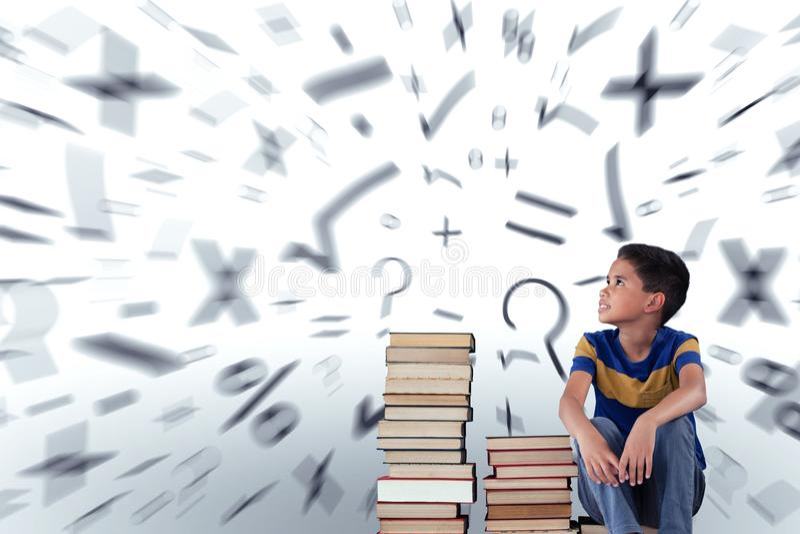 Sammansatt bild av fundersamt skolpojkesammanträde med böcker på trätabellen fotografering för bildbyråer