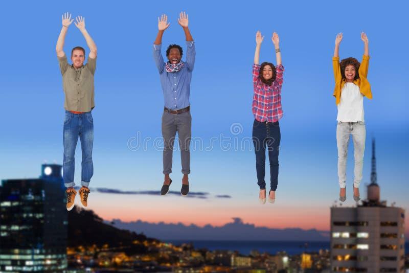 Sammansatt bild av fyra stilfulla vänner som ler på kameran och hoppa royaltyfria bilder