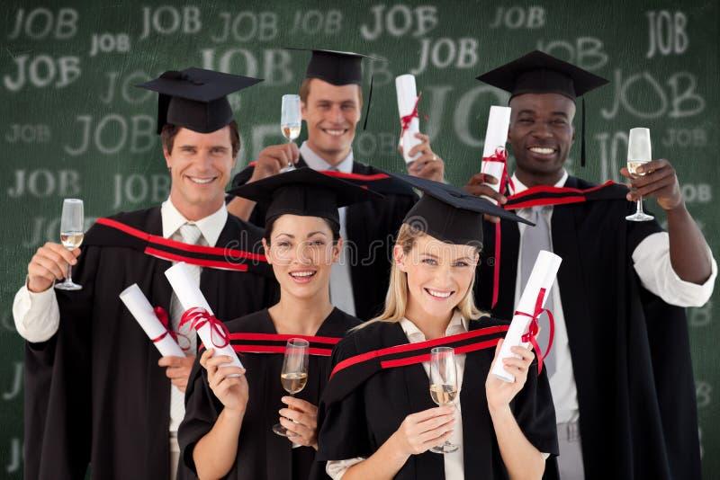 Sammansatt bild av grupp människor som avlägger examen från högskolan arkivfoton