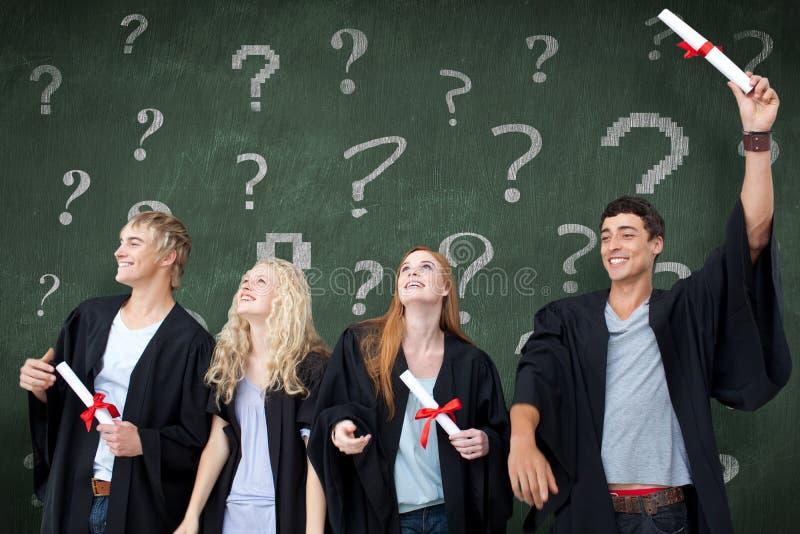 Sammansatt bild av grupp människor som firar efter avläggande av examen arkivbild