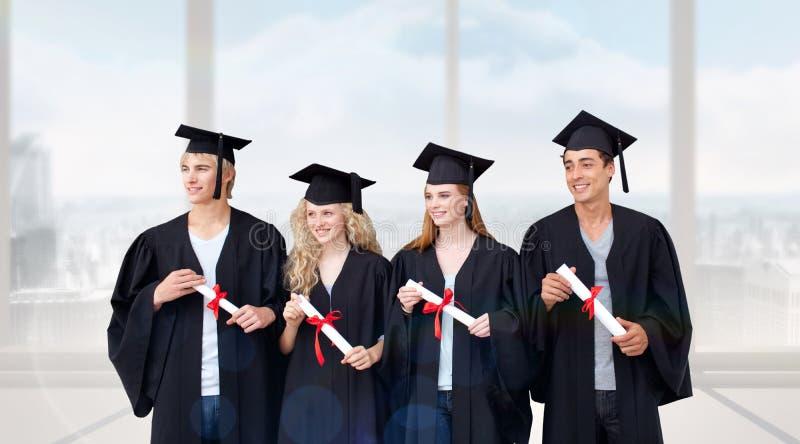 Sammansatt bild av grupp människor som firar efter avläggande av examen arkivbilder