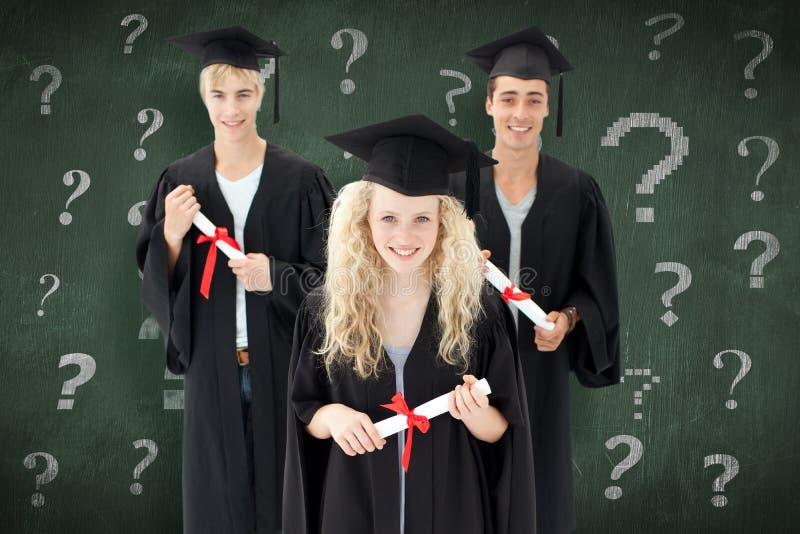 Sammansatt bild av gruppen av tonåringar som firar efter avläggande av examen royaltyfri bild