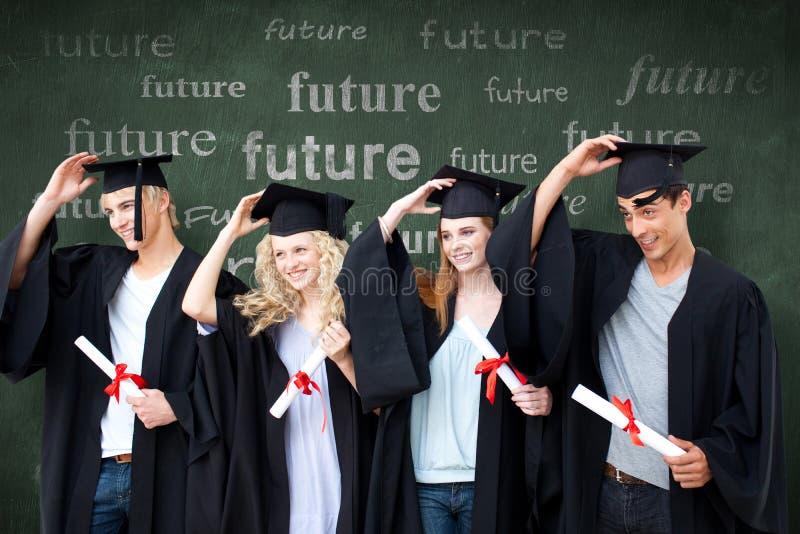 Sammansatt bild av gruppen av tonåringar som firar efter avläggande av examen arkivfoto