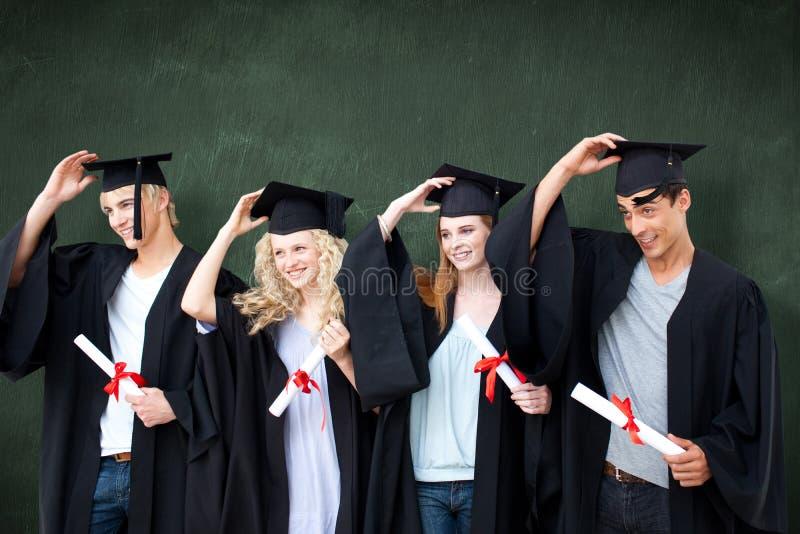 Sammansatt bild av gruppen av tonåringar som firar efter avläggande av examen royaltyfri fotografi