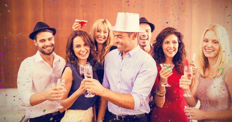 Sammansatt bild av gruppen av vänner som har gyckel i parti fotografering för bildbyråer