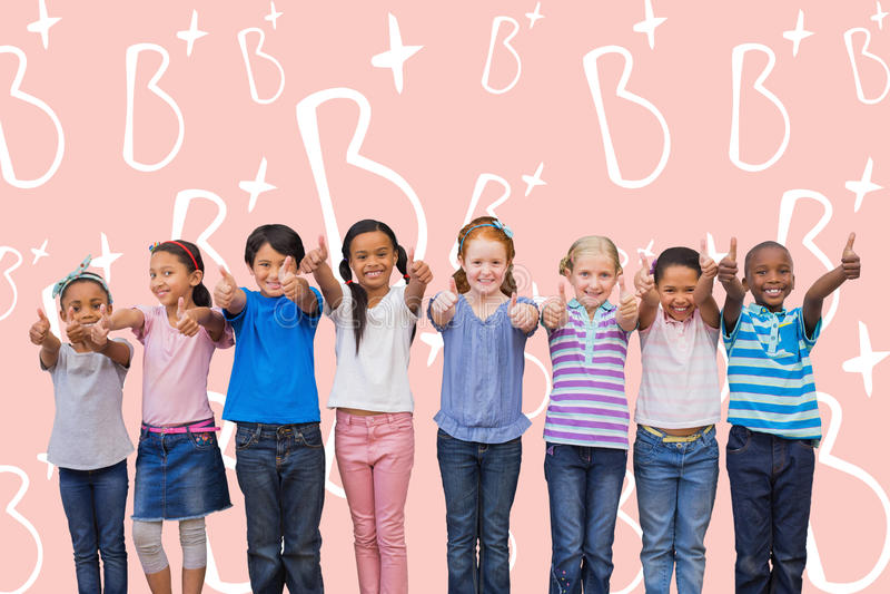 Sammansatt bild av gulliga elever som ler på kameran i klassrum fotografering för bildbyråer