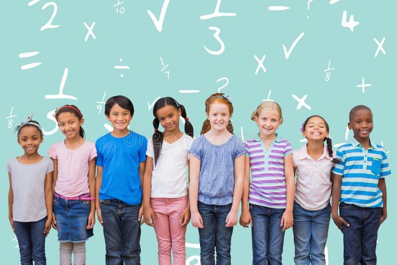 Sammansatt bild av gulliga elever som ler på kameran i klassrum arkivfoton
