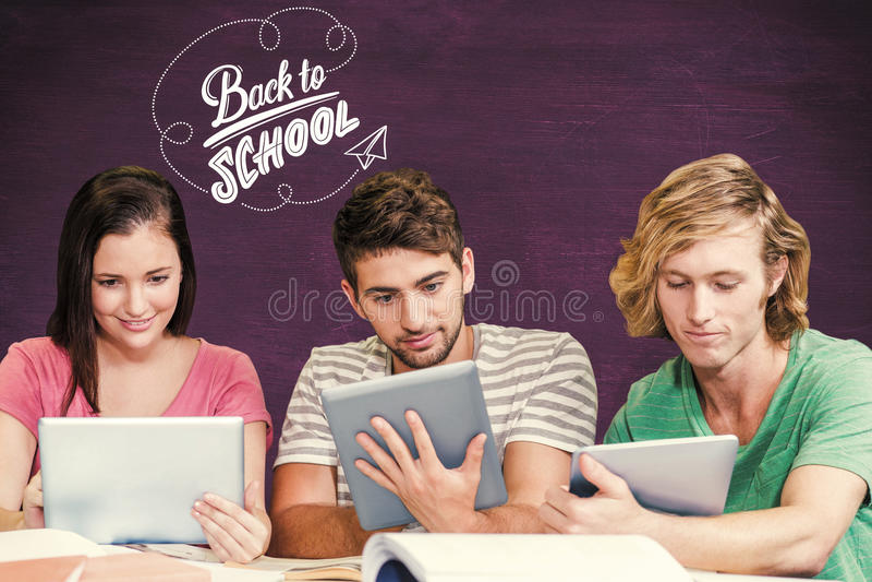 Sammansatt bild av högskolestudenter som använder digitala minnestavlor i arkiv arkivfoton
