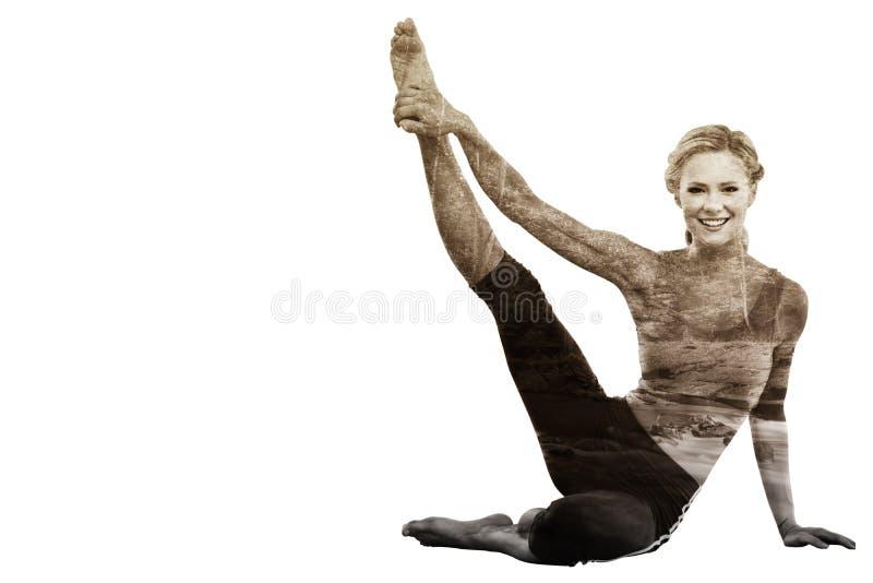 Sammansatt bild av idrotts- blont sammanträde på golvet som sträcker benet som ler upp på kameran royaltyfria foton