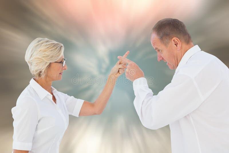 Sammansatt bild av ilskna äldre par som argumenterar med de arkivbild