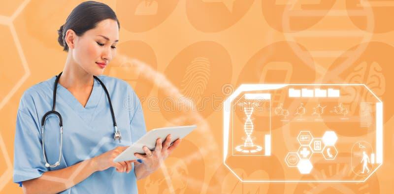 Sammansatt bild av kirurgen som använder den digitala minnestavlan med gruppen runt om tabellen i sjukhus arkivfoton