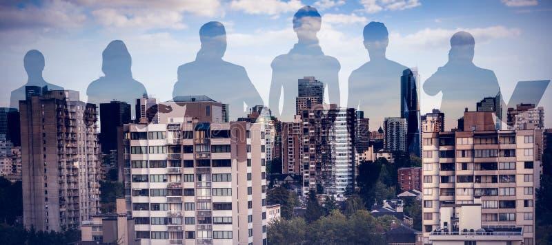 Sammansatt bild av kollegor som står över vit bakgrund arkivfoto