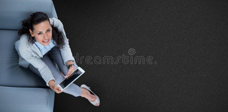 Sammansatt bild av kvinnan på hennes minnestavla som ser upp arkivfoton